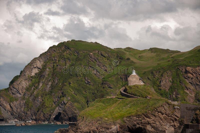 房子在海上的峭壁栖息 免版税库存图片