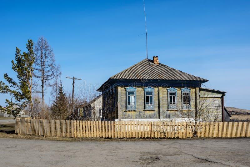 房子在西伯利亚村庄 库存图片