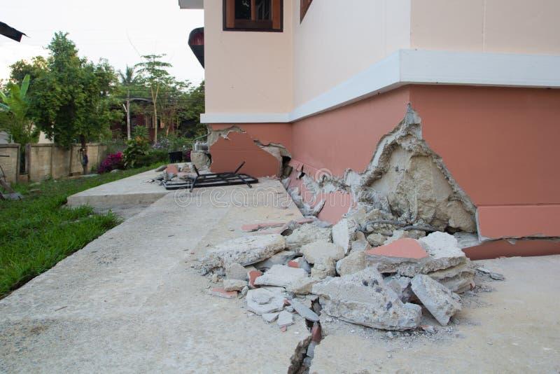 房子在破坏以后部分地倒塌了 免版税库存图片
