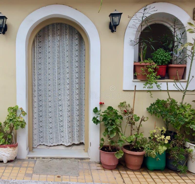 房子大门有花盆的 图库摄影