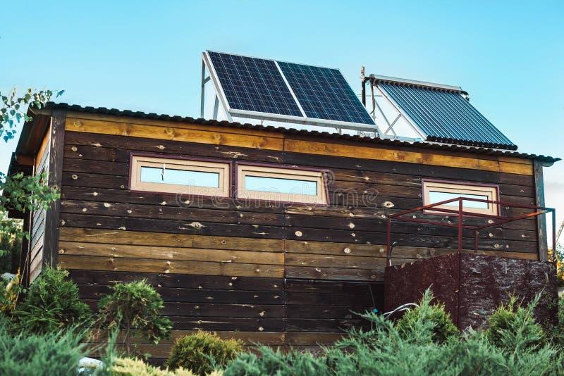 房子太阳面板的屋顶 库存照片