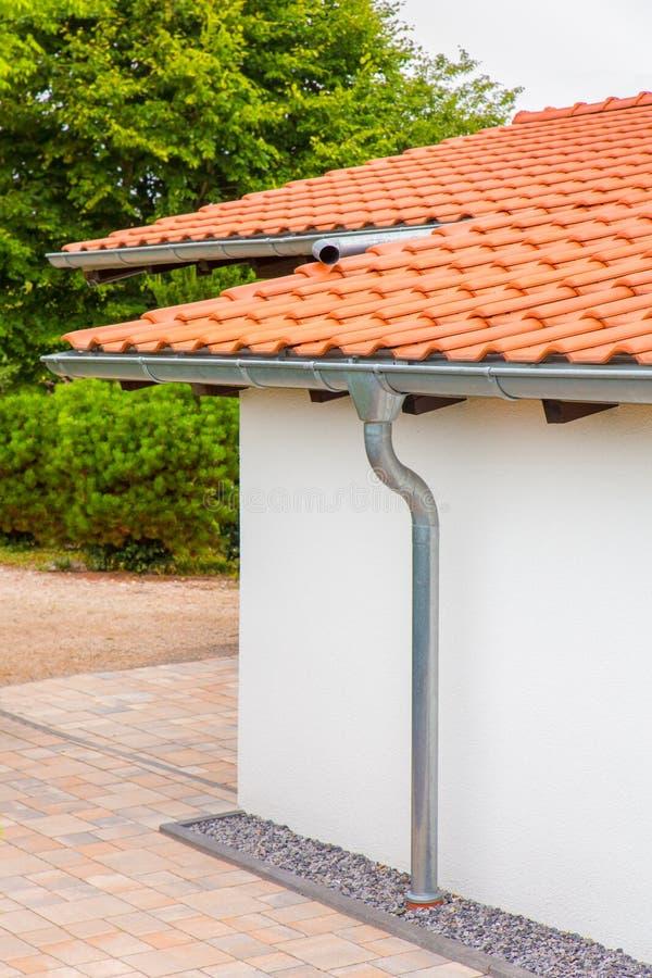 房子屋顶有天沟和雨管子的 库存照片