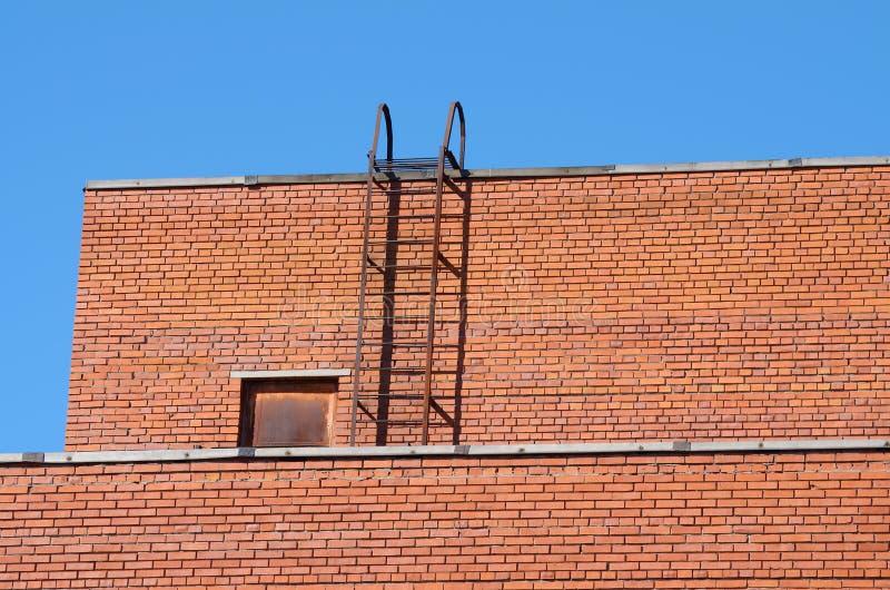 房子屋顶的砖墙 免版税库存照片