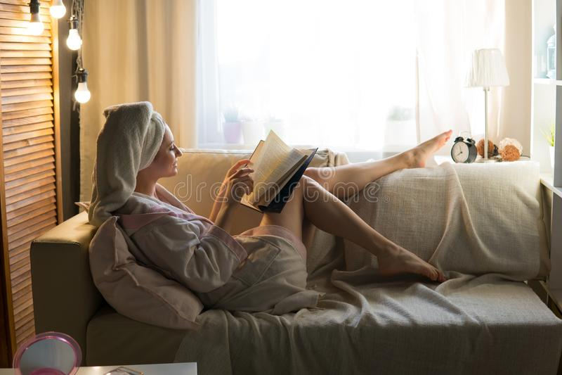 房子晨衣的年轻美丽的妇女 库存图片