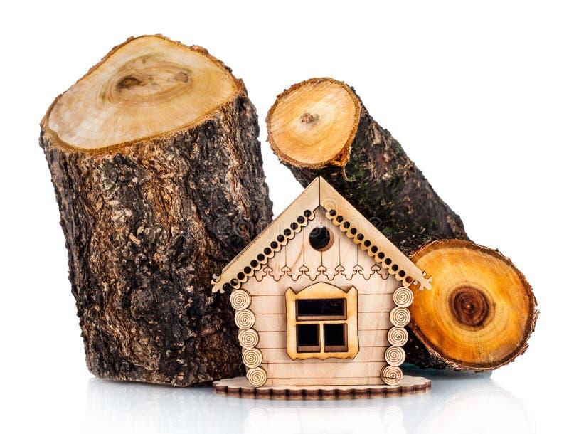 房子木模型和堆木头 图库摄影