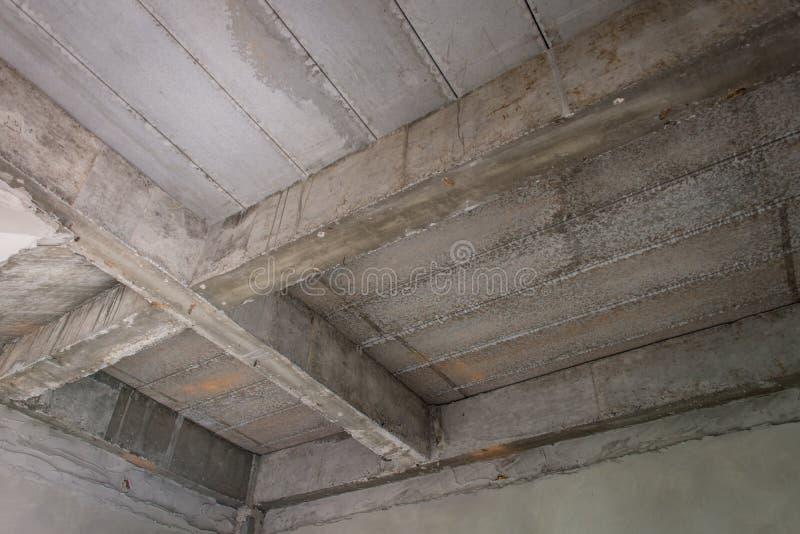 房子未完成的内部建设中建筑工地的 免版税图库摄影