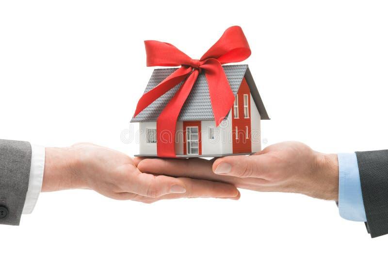 给房子模型的手其他手 免版税库存照片