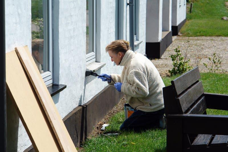 房子油漆刷绘画妇女 免版税图库摄影