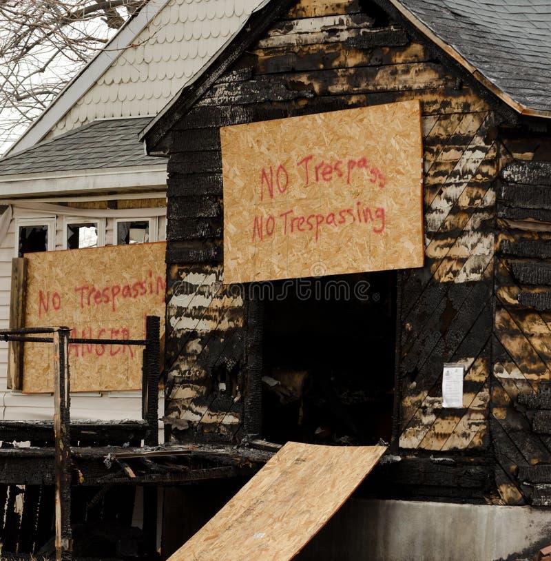 房子火的后果 免版税图库摄影