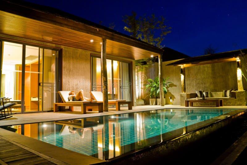房子现代池游泳 免版税库存照片