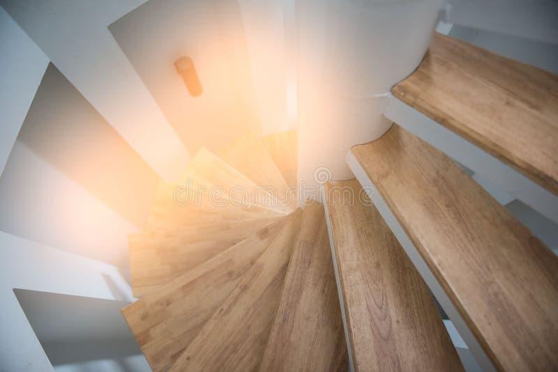 从房子现代内部的木螺旋台阶 免版税库存照片