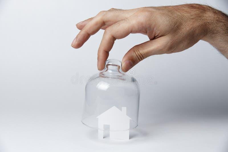 房子由白皮书制成在玻璃下 库存图片