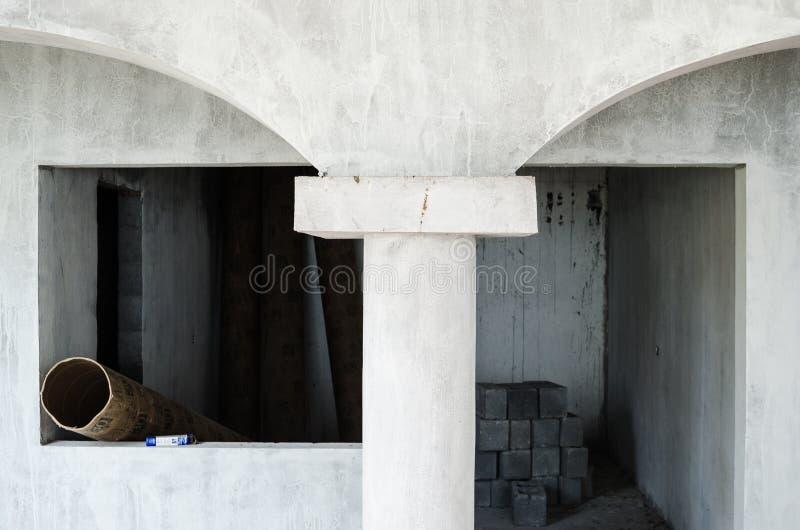 房子的内部的建筑开始的由灰色水泥制成,灰色水泥的未完成的建筑 免版税库存照片