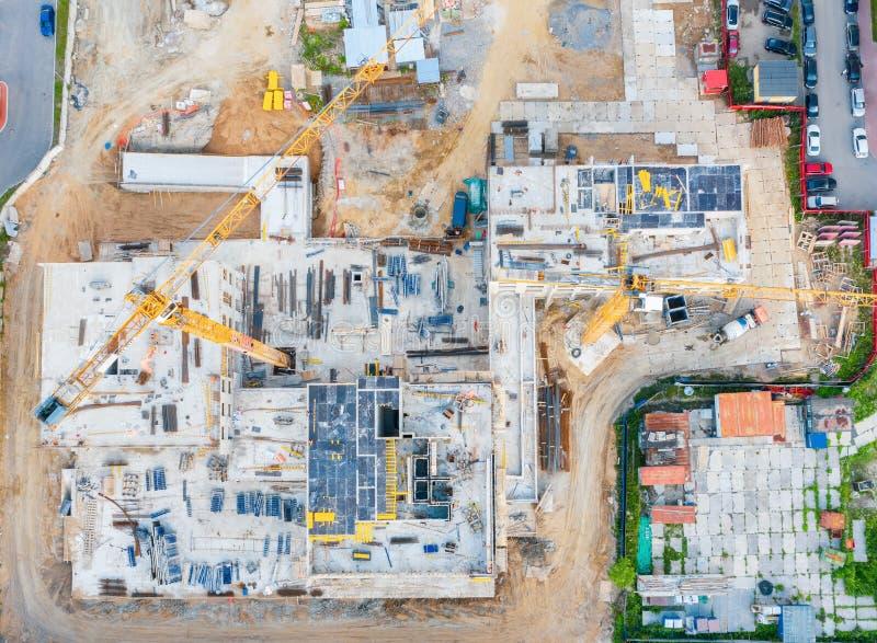 房子的建筑的起点的鸟瞰图,打基础 建筑用起重机 看法从上面正确地 免版税图库摄影