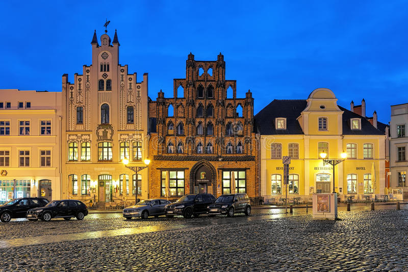房子的晚上视图在维斯马,德国修改Schwede老瑞典人 免版税库存照片