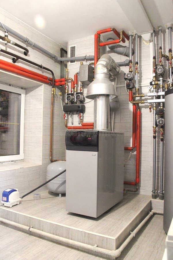 房子的热化有很大数量的钢管、压力表和金属管子的,选择聚焦 锅炉和管子  免版税库存照片
