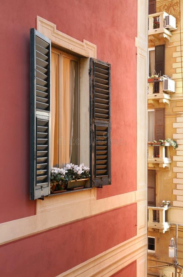 房子的窗口在热那亚 意大利 库存照片