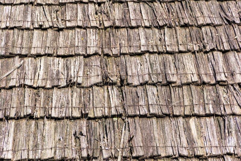 房子的老腐烂的木织地不很细屋顶背景的 免版税库存照片