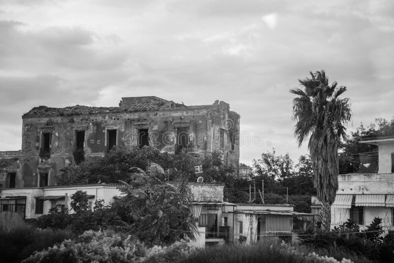 房子的老被毁坏的废墟 图库摄影