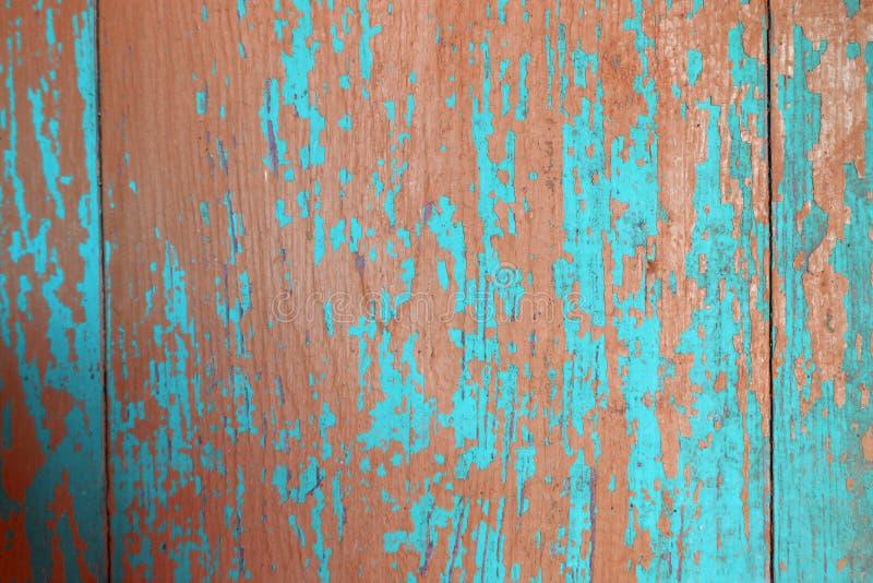 房子的蓝色和红色被剥皮的木墙壁作为背景纹理 库存照片