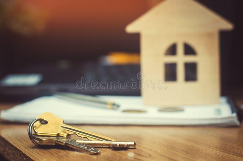房子的钥匙和模型 买公寓的房地产 免版税库存照片