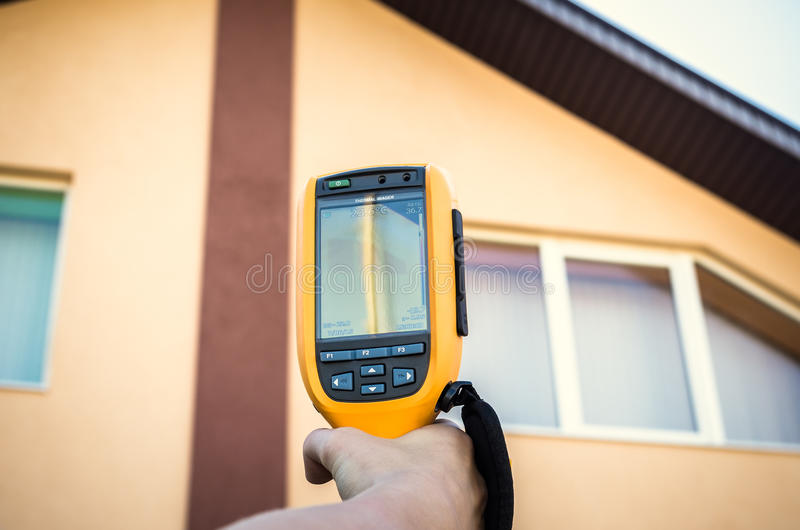 房子窗口和屋顶的红外检查  热成象 免版税库存图片