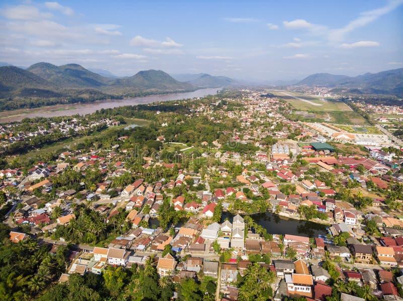 房子红色屋顶的鸟瞰图  城市是联合国科教文组织遗产站点 琅勃拉邦,老挝顶视图  库存图片