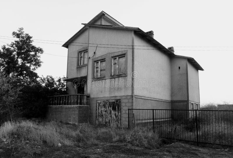 房子老被放弃的房子自然老树 皇族释放例证