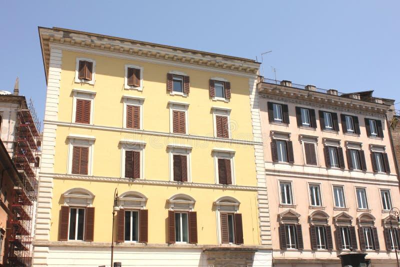 房子老视窗 地中海建筑学在罗马,意大利 库存图片