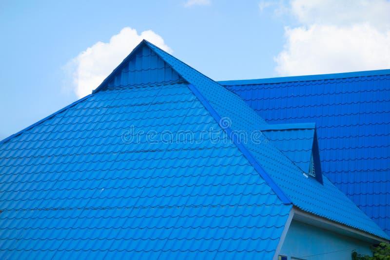 房子蓝色瓦屋顶天空背景的及时白天 现代连栋房屋或其他不动产建筑对象  免版税图库摄影