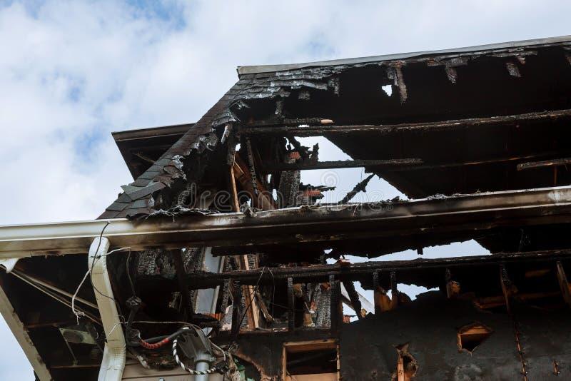 房子被烧的内部在火以后的 被烧的木墙壁 免版税库存照片