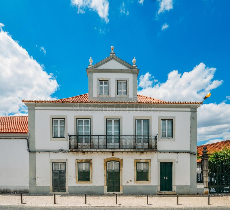 房子门面传统葡萄牙建筑学样式的在畔井,葡萄牙村庄  免版税库存照片