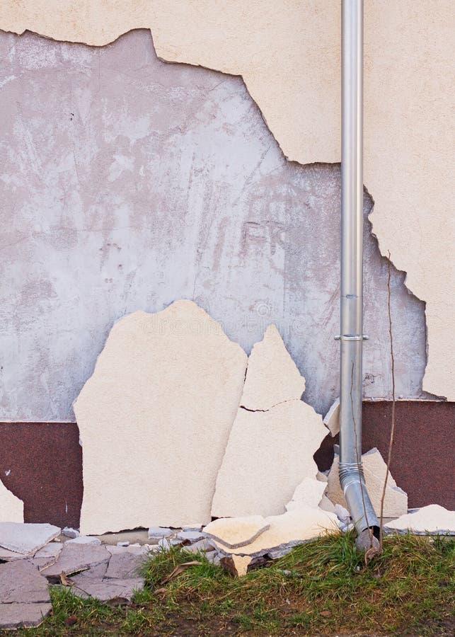 房子门面的损坏的绝缘材料 库存照片