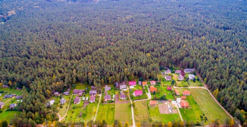 房子鸟瞰图临近森林 免版税库存图片