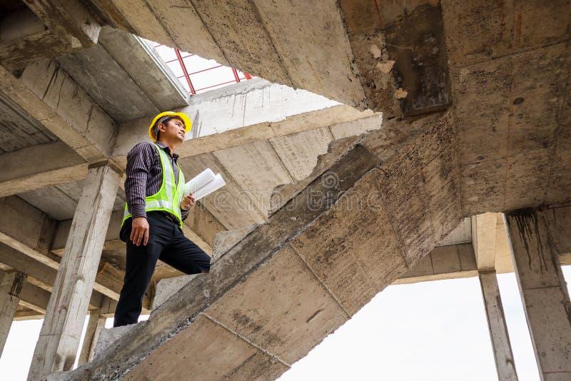 房屋建设工地工作的专业工程师工作者 免版税库存照片