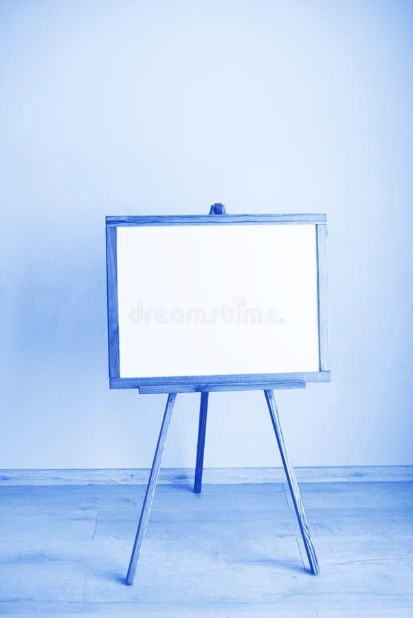 房间内空白白板,由Classic Blue 2020颜色制成 2020年的色彩模糊,假日和 库存照片