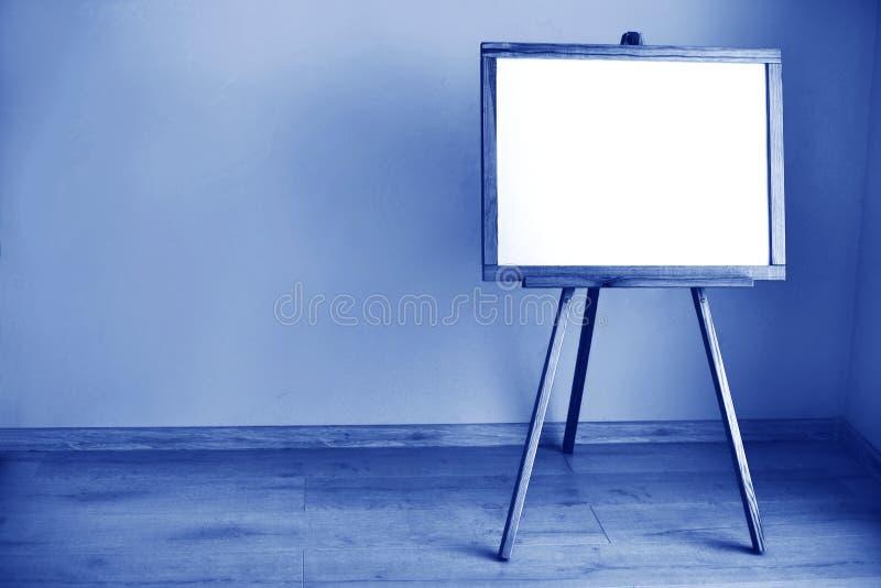 房间内空白白板,由Classic Blue 2020颜色制成 2020年的色彩模糊,假日和 免版税库存照片