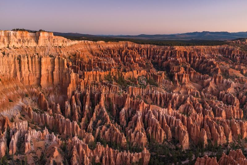 所有它的荣耀的惊人的布赖斯峡谷在日出前,与桔子各种各样的树荫的令人惊讶的石灰石不祥之物和红色 免版税库存照片
