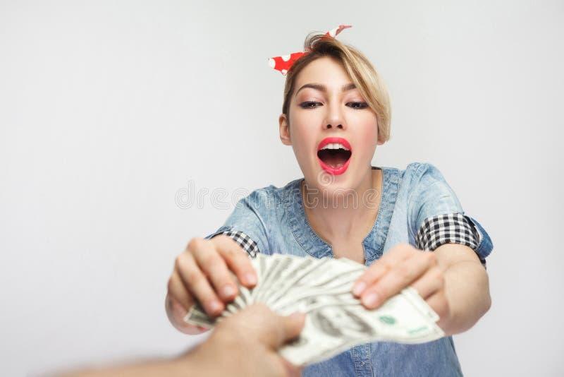所有我的!富裕的惊奇少女画象偶然蓝色牛仔布衬衣的有构成的,红色头饰带身分和采取现金, 库存图片