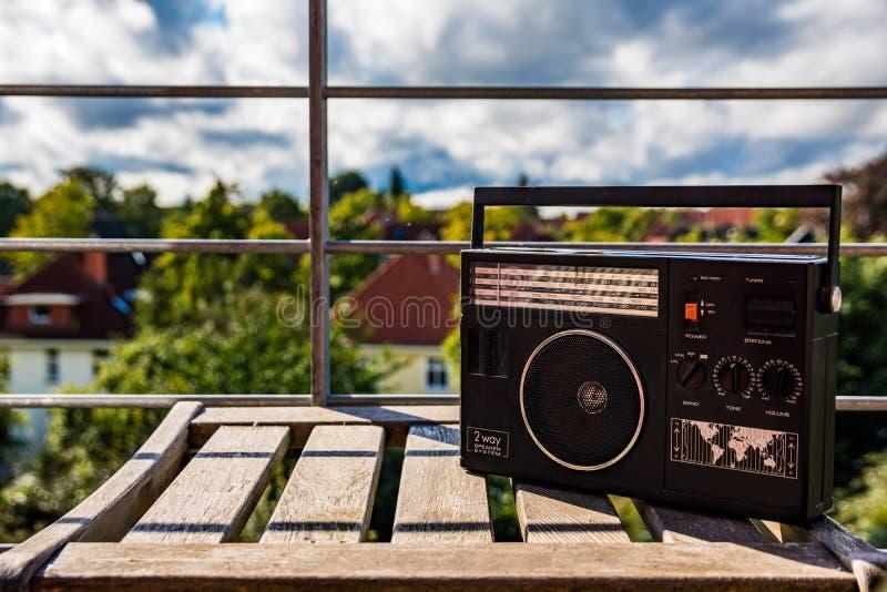 所有查出的徽标收音机被取消的葡萄酒白色 免版税库存照片