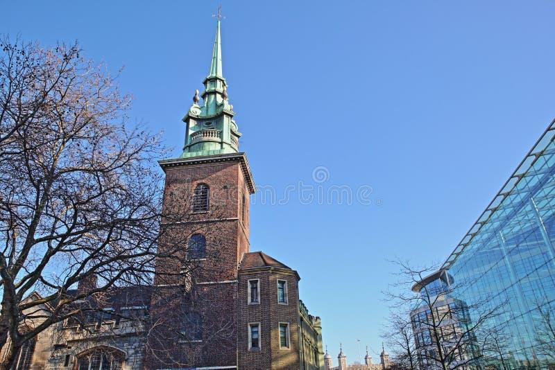 所有由塔教会在背景中尊敬在伦敦市的财政区和伦敦塔 库存图片