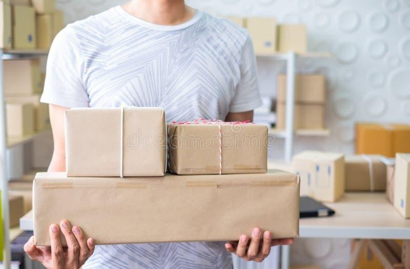 所有者,开始小企业 拿着箱子的人运转,为交付办公室在家准备 免版税库存照片