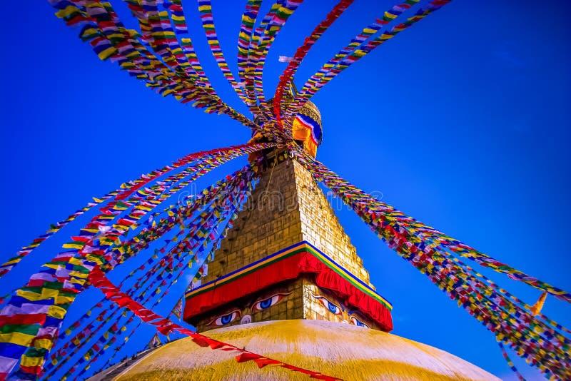 Download 所有boudhanath注视前景巨型金黄半球加德满都尼泊尔看到更小的尖顶stupa顶部白色的菩萨 库存图片 - 图片 包括有 理想, 横向: 62528689