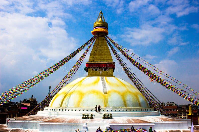 所有boudhanath注视前景巨型金黄半球加德满都尼泊尔看到更小的尖顶stupa顶部白色的菩萨 免版税库存图片