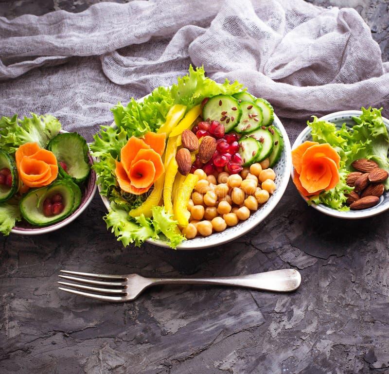 扁豆、鸡豆、坚果、豆、菠菜、豆腐、硬花甘蓝和池氏 免版税库存照片