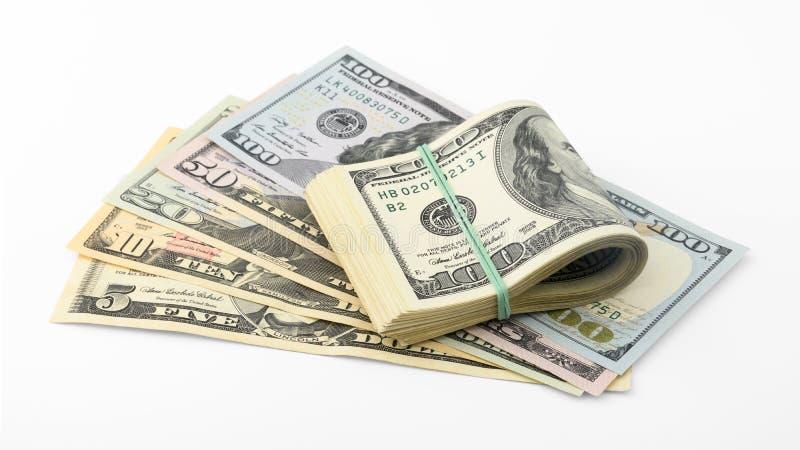 扇动并且堆积在白色背景裁减路线隔绝的美国金钱美金 堆美国钞票 免版税图库摄影