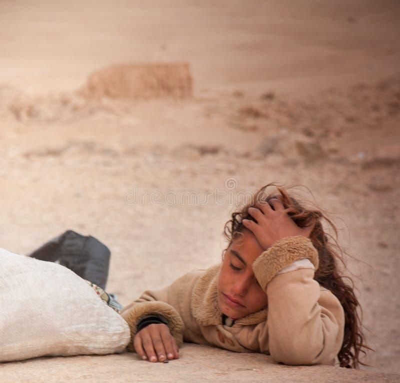 扇叶树头榈,叙利亚古城的废墟的流浪的女孩 免版税库存图片