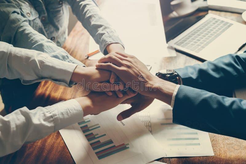 手一起加入为被组建的队伍的人在办公室 免版税库存图片