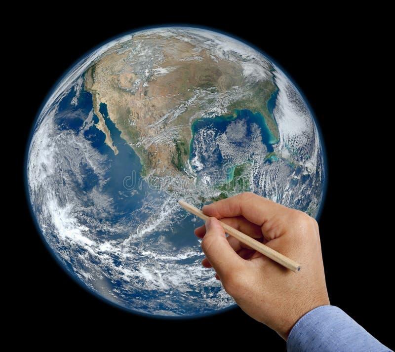 手与铅笔的图画地球 皇族释放例证