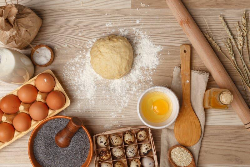 手与面团准备食谱面包、薄饼或者饼一起使用 免版税库存照片